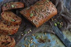 Organicznie zbożowy chleb z słonecznikowymi ziarnami i dyniowymi ziarnami Zdjęcia Royalty Free