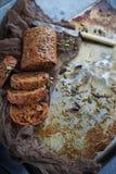 Organicznie zbożowy chleb z słonecznikowymi ziarnami i dyniowymi ziarnami Zdjęcie Stock