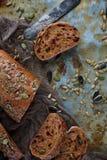 Organicznie zbożowy chleb z słonecznikowymi ziarnami i dyniowymi ziarnami Obraz Stock