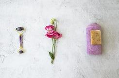 Organicznie zdrój naturalni ziołowi skincare składniki z różami, naturalny mydło, bawełniany ręcznik, ametystowy twarz rolownik,  obrazy royalty free