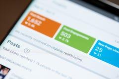 Organique développez-vous dans le facebook sur l'écran de smartphone photo stock