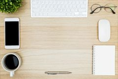 Organisé et nettoyez la table en bois de bureau avec beaucoup de choses là-dessus photo libre de droits