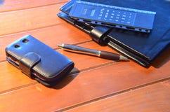Organisatör, penna och mobiltelefon Royaltyfria Bilder