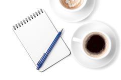 Organisateur blanc avec le crayon lecteur et deux cuvettes de café Image stock