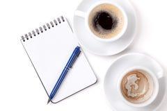 Organisateur blanc avec le crayon lecteur et deux cuvettes de café Images libres de droits