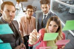 Organisation créative d'équipe d'affaires aux notes collantes photo stock