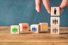Organisation und Teamstruktur symbolisiert mit Würfeln lizenzfreies stockbild