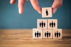 Organisation und Teamstruktur symbolisiert mit Würfeln stockfotografie