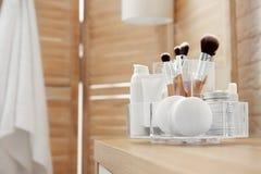 Organisator met cosmetischee producten royalty-vrije stock fotografie