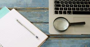 Organisator, Stift, Lupe und Laptop auf Tabelle 4k stock video