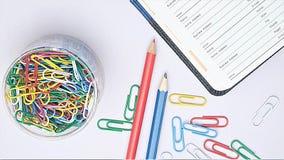 Organisator und Briefpapier auf Arbeitsschreibtisch Lizenzfreie Stockbilder