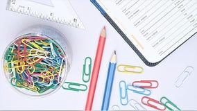 Organisator und Briefpapier auf Arbeitsschreibtisch Stockbild