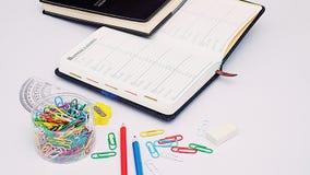 Organisator und Briefpapier auf Arbeitsschreibtisch Lizenzfreies Stockbild