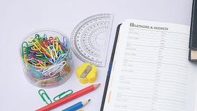 Organisator und Briefpapier auf Arbeitsschreibtisch Lizenzfreies Stockfoto