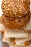Organisch brood over rustieke lijst Stock Afbeelding