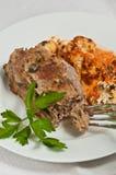 Organisch gehaktbrood met rooster Spaanse peper en bloemkoolpuree stock fotografie