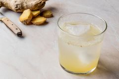 Organisch Ginger Ale Soda Tonic in Glas Klaar te drinken royalty-vrije stock foto's