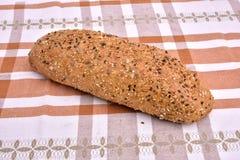 Organisch korrel volkorenbrood met zaden Stock Foto's