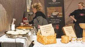 Organisch Noors flatbrodbrood en traditionele pannekoeken Stock Foto's