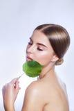 Organisch schoonheidsmiddel Het mooie portret van het vrouwengezicht met groen blad, concept voor huidzorg of organische schoonhe royalty-vrije stock afbeeldingen