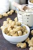 Organisch texturized sojavlees met sojabonen en tofu op rustieke bedelaars Stock Foto