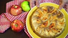Organische Äpfel und Apfelkuchen Apfelkuchen mit goldenem Kruste Apfelkuchen auf Platte stock video footage