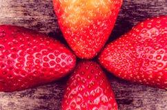 Organische aardbeien op hout Royalty-vrije Stock Foto's