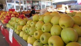 Organische appelen bij de markt stock video