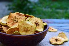 Organische appelspaanders Droge vruchten Gezonde zoete snack Ontwaterd en ruw voedsel De ruimte van het exemplaar stock foto's