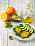 Organische avocado en spinaziesalade met sinaasappel Royalty-vrije Stock Foto