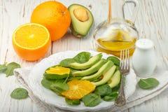 Organische avocado en spinaziesalade met sinaasappel Stock Foto's