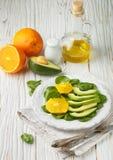 Organische avocado en spinaziesalade met sinaasappel Royalty-vrije Stock Afbeeldingen