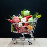 Organische bio vers fruit of groente in het winkelen cartÂ, het gezonde eten, dranken, dieet en detox royalty-vrije stock foto