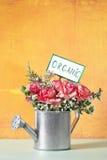 Organische Blumen in einer Bewässerungsdose Lizenzfreies Stockfoto