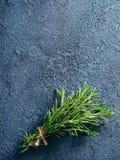 Organische bos van verse rozemarijn op de lijst Stock Foto