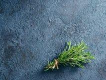 Organische bos van verse rozemarijn op de lijst Royalty-vrije Stock Fotografie