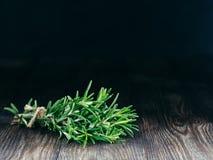 Organische bos van verse rozemarijn op houten lijst Royalty-vrije Stock Foto