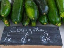 Organische Courgettes voor Verkoop bij de Lokale Markt van Familielandbouwers, Mirab Stock Foto's
