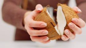 Organische de lactoseveganist van de kokosmelksubstitutie stock footage