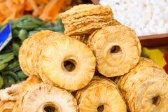 Organische droge ananasringen voor verkoop in een lokale voedselmarkt royalty-vrije stock foto's
