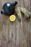 Organische droge flexuosus van citroengrascymbopogon in bossen en citroenfruit op een houten lijst Kruiden voor thee royalty-vrije stock fotografie