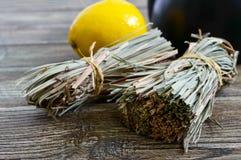 Organische droge flexuosus van citroengrascymbopogon in bossen en citroenfruit op een houten lijst Kruiden voor thee stock afbeeldingen