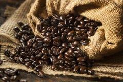 Organische dunkle Kaffeebohnen Stockfoto