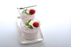 Organische Erdbeere im Joghurt und in der Minze Stockbilder