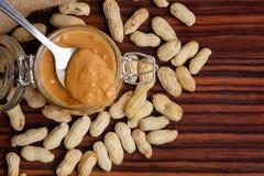 Organische Erdnussbutterpaste auf Metalllöffel lizenzfreies stockbild