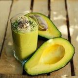 Organische Erschütterung gemacht von der Avocado, von der Banane und vom chia lizenzfreie stockfotografie