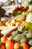 Organische freshoranges en avocado bij de stadsmarkt stock foto