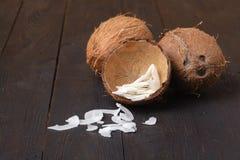 Organische gebratene Kokosnuss bricht Flocken mit Zucker ab stockfotografie
