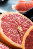 Organische geschnittene rote Pampelmusen stockbilder