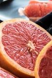 Organische gesneden rode grapefruits stock afbeeldingen
